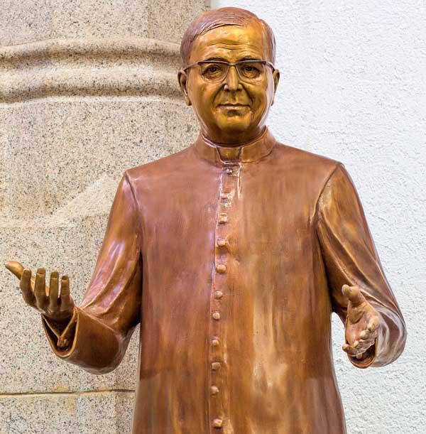 Estátua São Josemaria Escrivá na Catedral da Sé